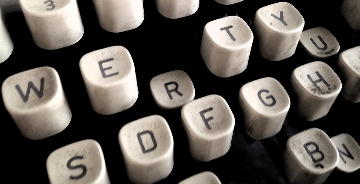 Tastene på en gammel skrivemaskin. Illustrasjon til Skrive Historie.