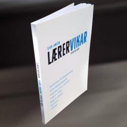 """Hvit bok med tittelen """"Lærervikar – tips og råd""""."""