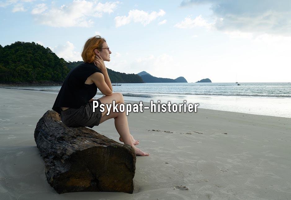 Psykopat-offer. Kvinne sitter på stranden og ser ut mot havet.